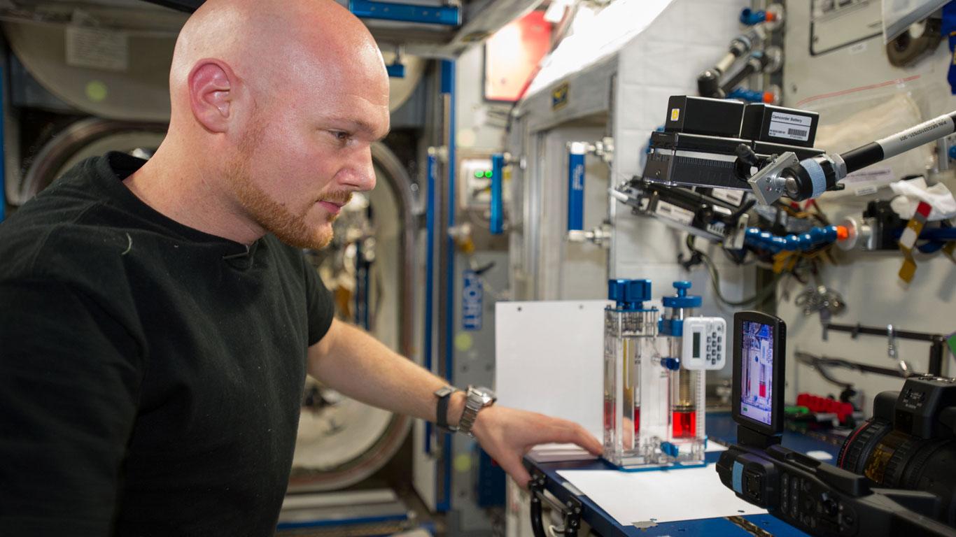 Alexander Gerst mit dem Capillary Flow Experiment (CFE-2)