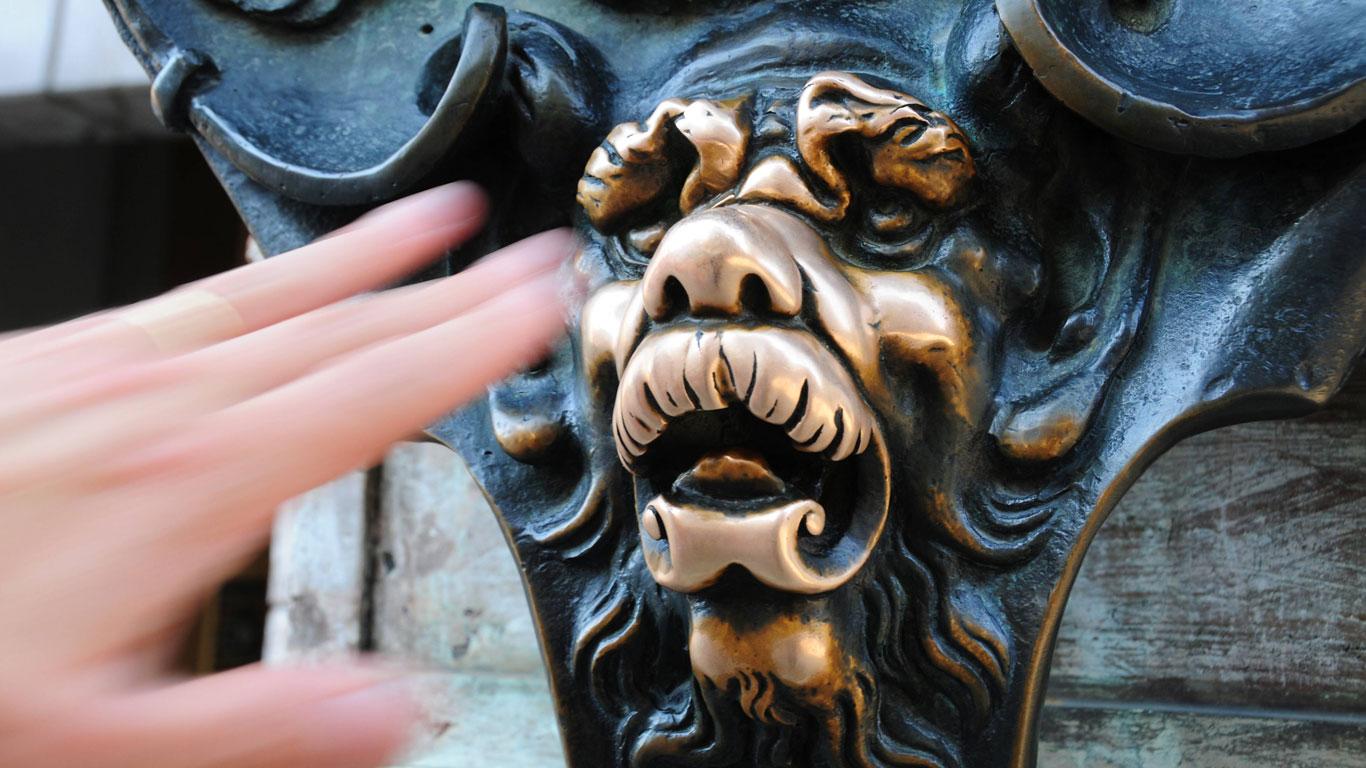 Über Statuen streichen