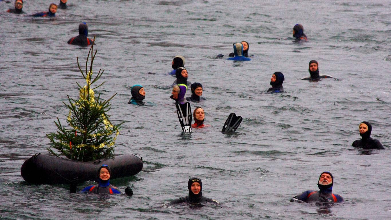 Weihnachtsschwimmen im eiskalten Wasser in Irland