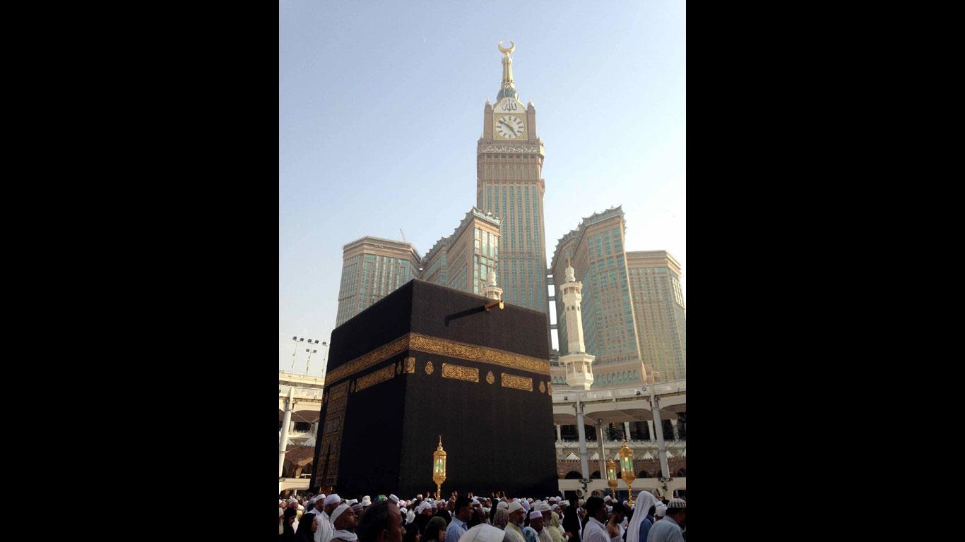 Riesenturm über heiligen Stätten