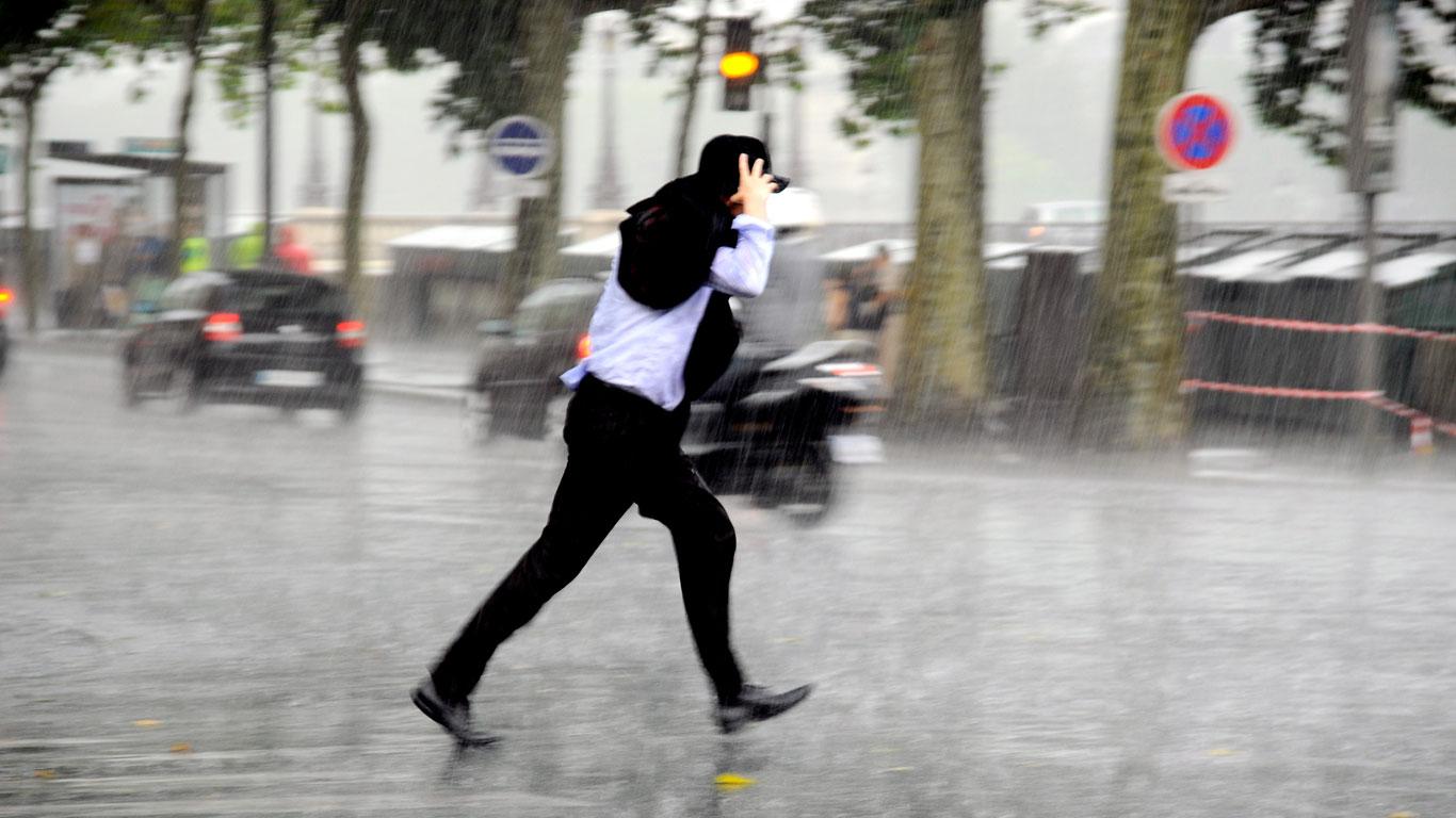 Mann läuft durch Regen