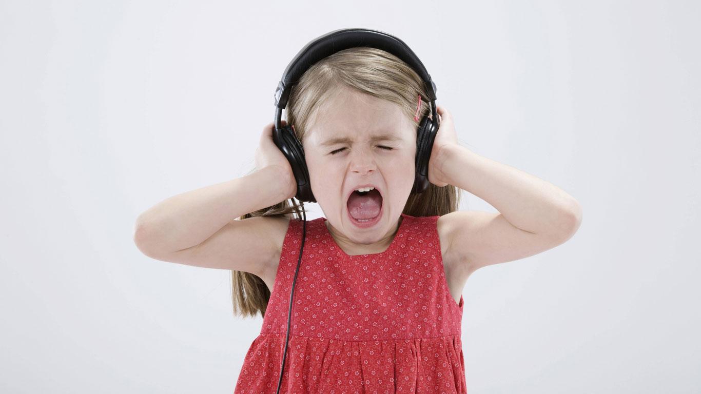 Mädchen singt laut
