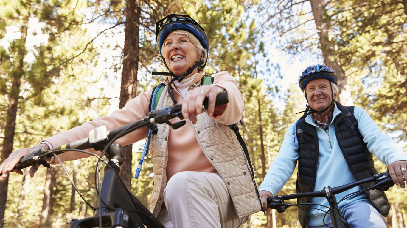 Altes Ehepaar auf Fahrrädern