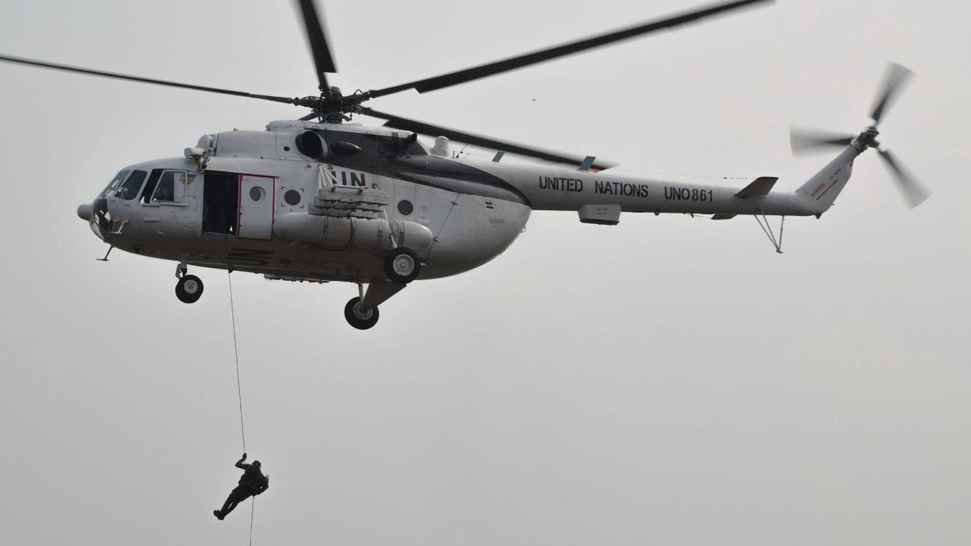 Soldat springt aus Hubschrauber