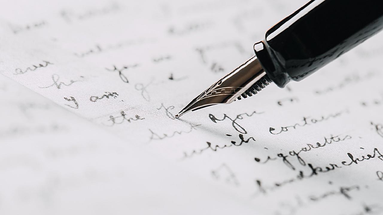 Rotes Buch und handschriftliche Bewerbung