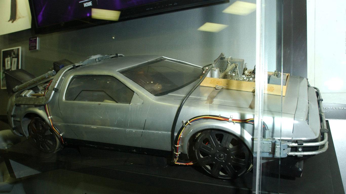 """In der Kultfilm-Reihe """"Zurück in die Zukunft"""" dient ein DeLorean mit """"Flux-Kompensator"""" als Zeitmaschine. Wie würde eine realistische Zeitmaschine aussehen?"""
