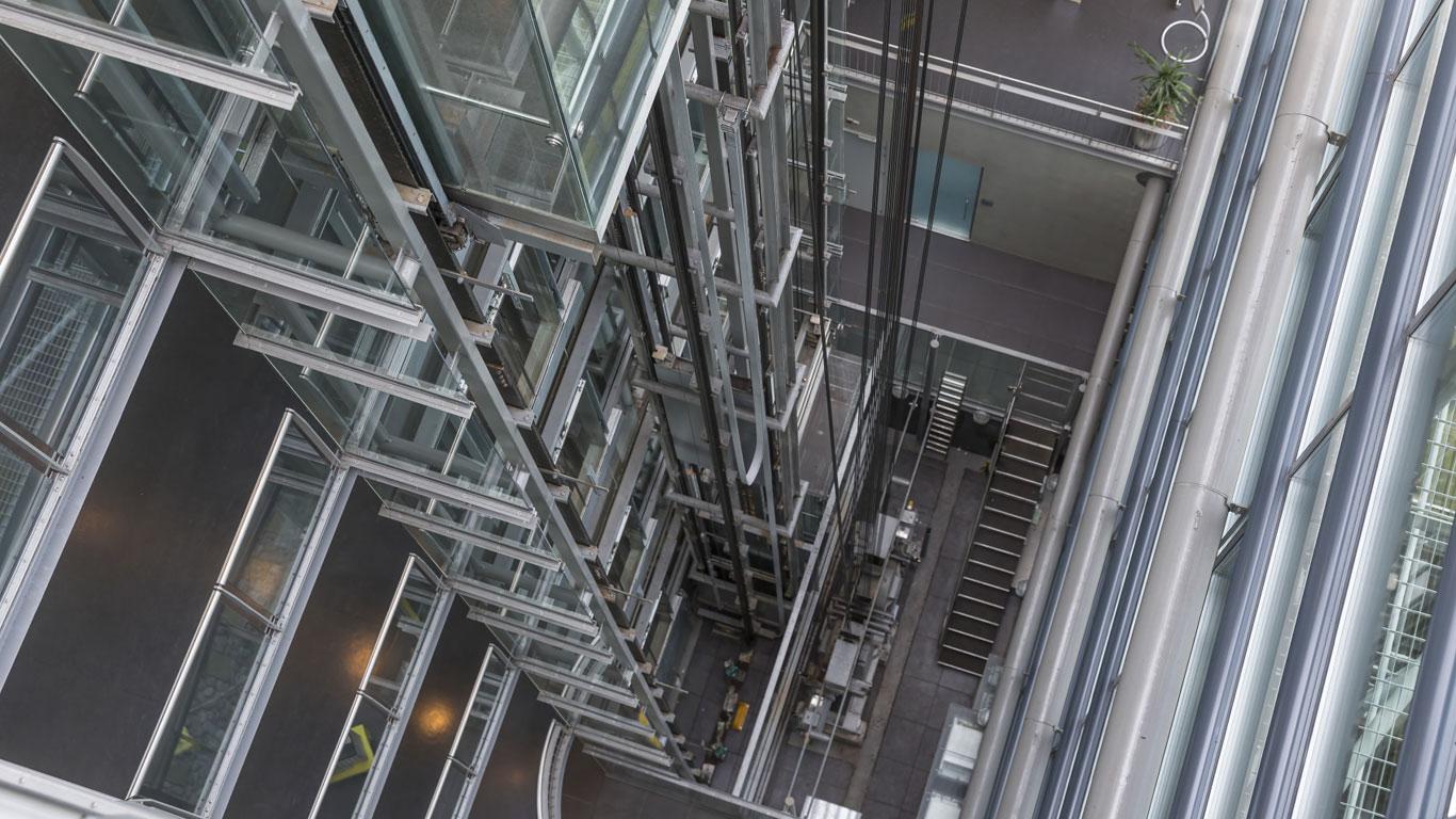 In einem abstürzenden Fahrstuhl sollte man vor dem Aufprall springen