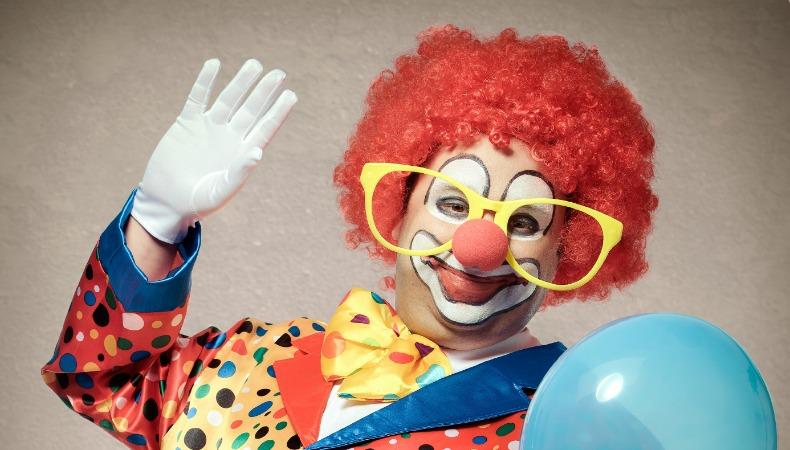 Der clown charakterfigur mit vielen gesichtern welt der for Clown schminken bilder