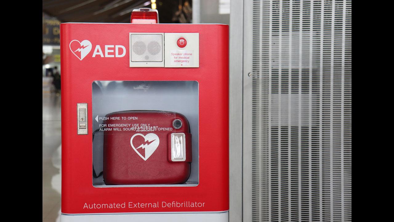 #8 Einen Defibrillator nicht benutzen, wenn man nicht sicher ist, ob das Herz noch schlägt