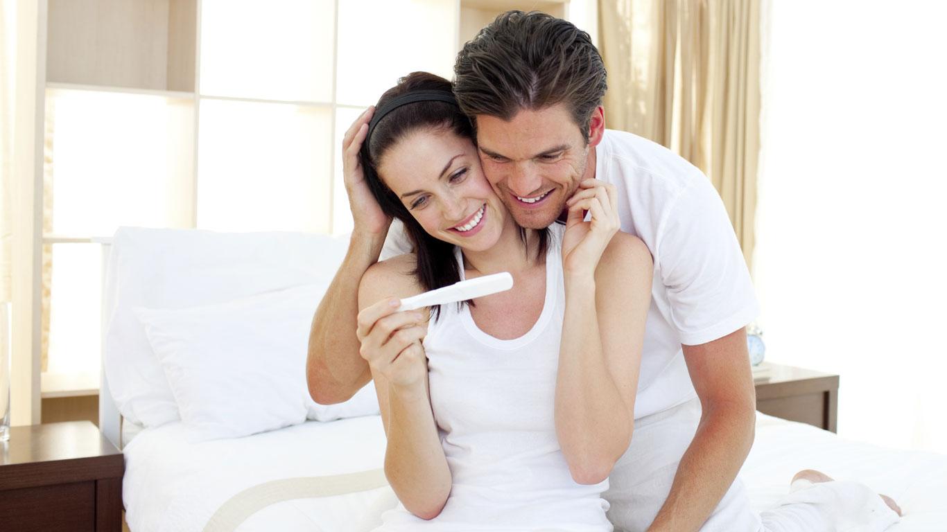 Pärchen mit Schwangerschaftstest