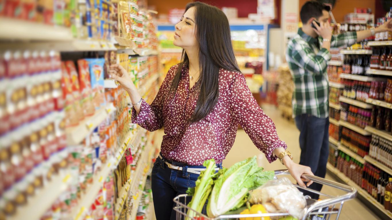 Frau im Supermarkt, Regal