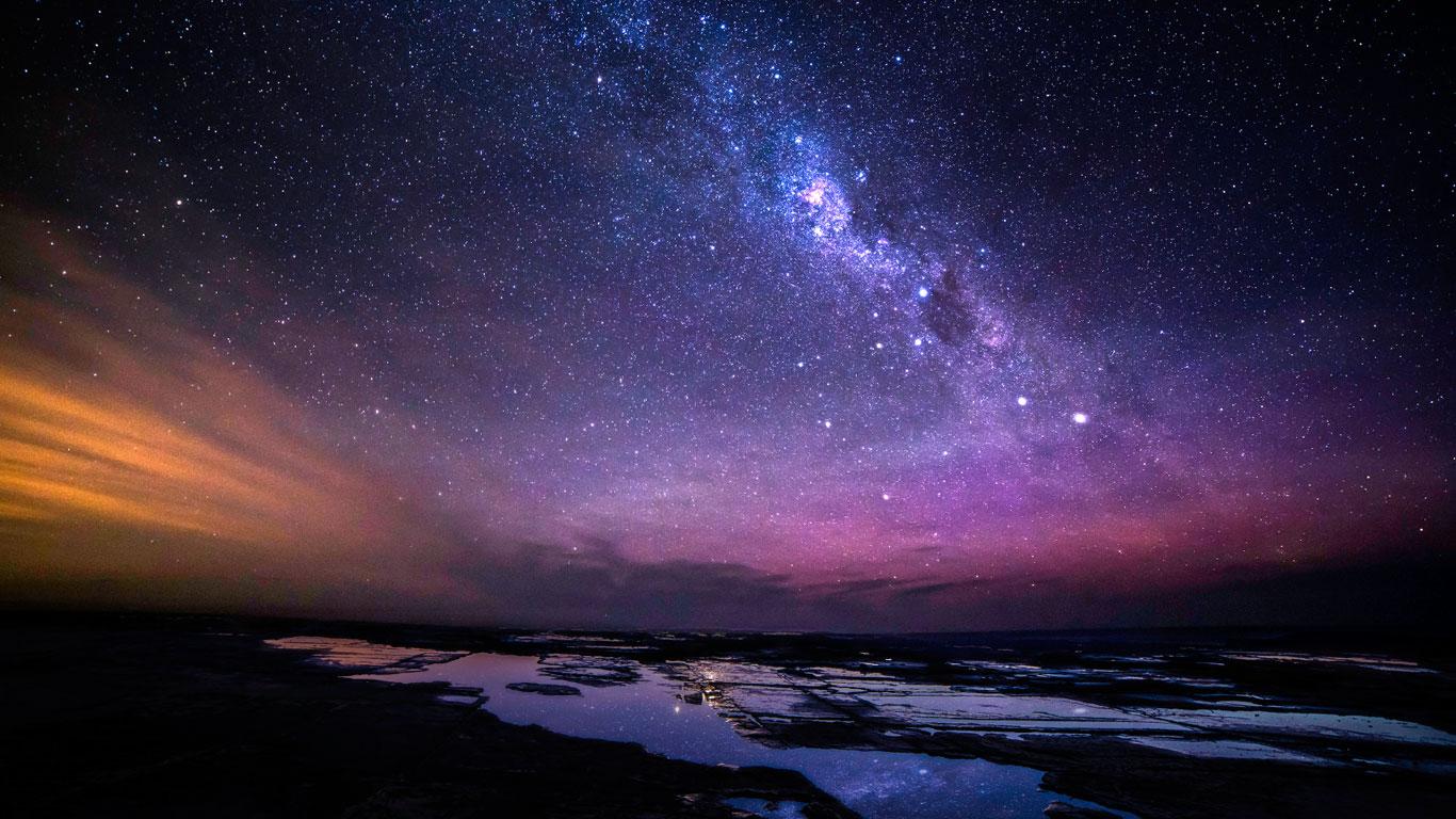 Natürliche Finsternis und sternenreicher Himmel