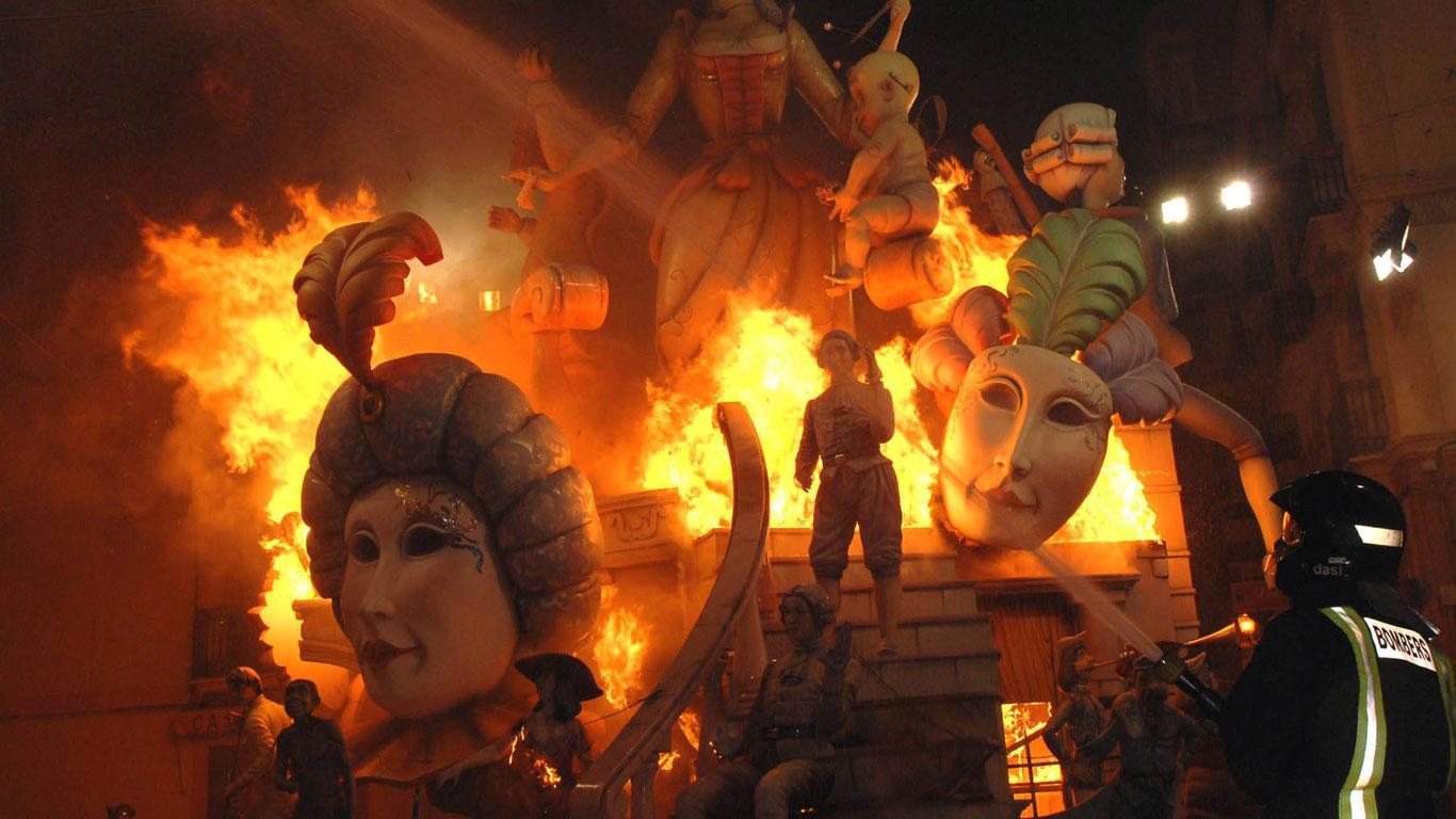 Brennende Pappskulpturen
