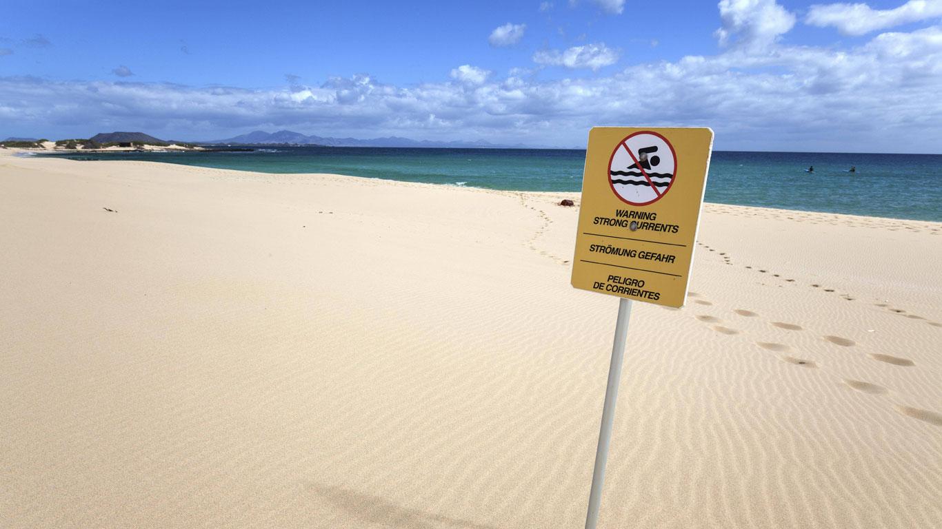 Warnschild am Strand vor Meeresströmungen