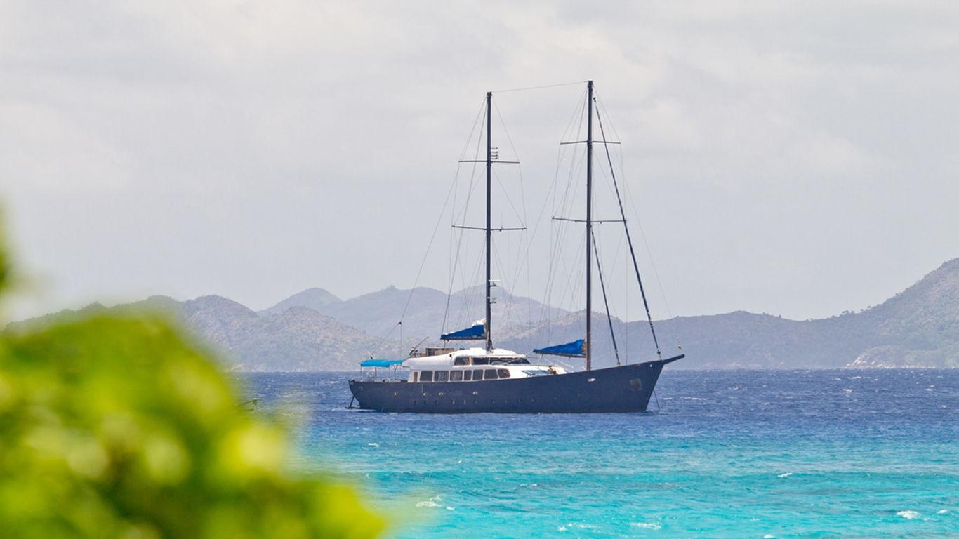 Auf dem Segelschiff ungestört das endlose Meer genießen