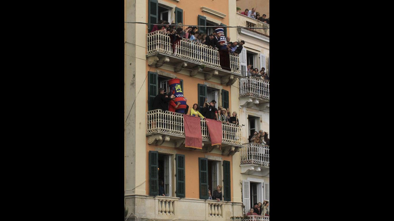 Korfu: Tongefäße im freien Fall
